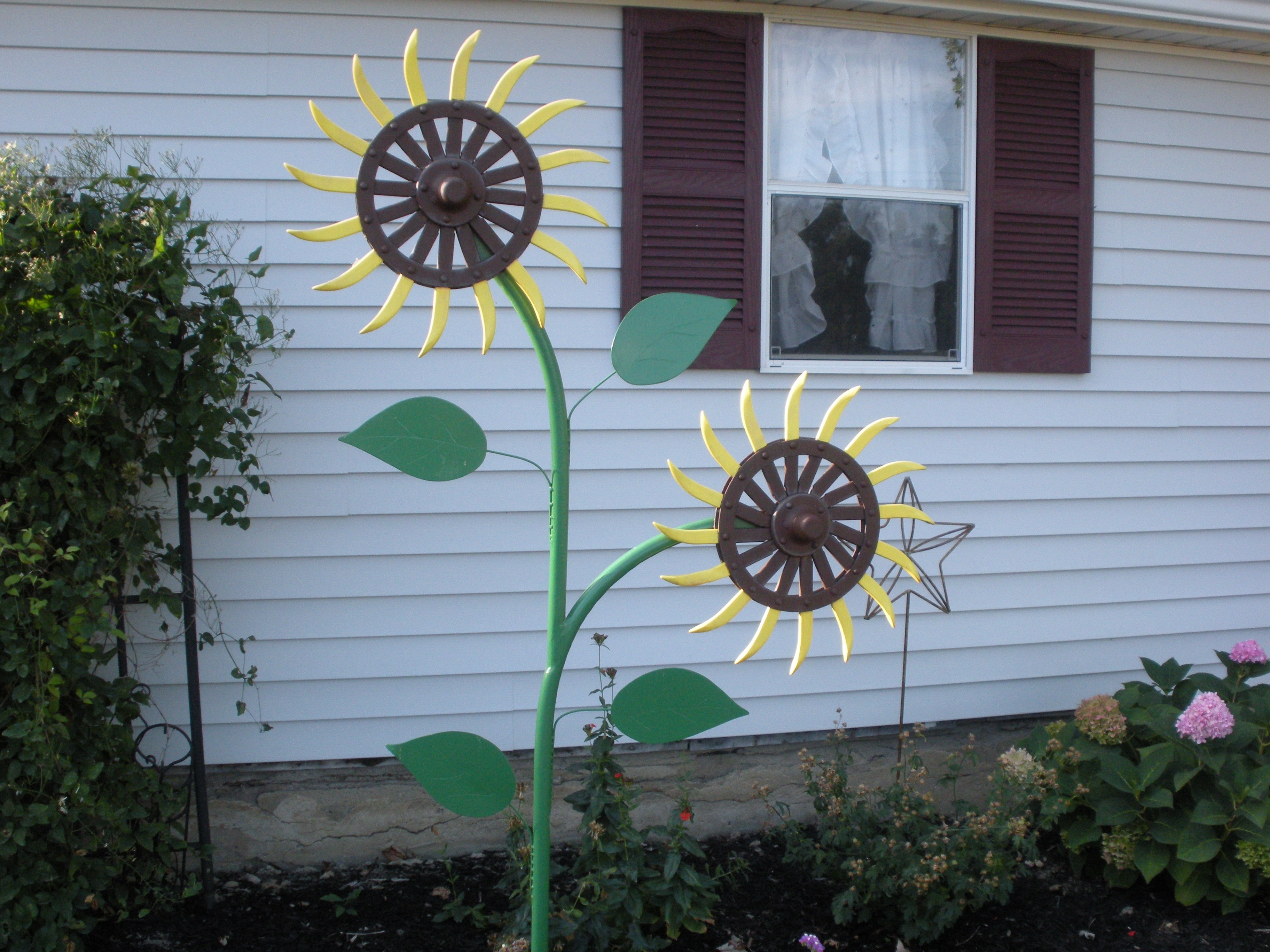 Most Recent Metal Sunflower Yard Art Throughout Sunflower Made From John Deere Rotary Hoe Wheels (View 9 of 15)