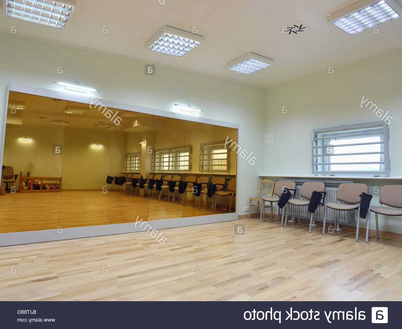 Fashionable Gym Wall Mirrors Inside Empty Gym With Big Wall Mirror Stock Photo: 28807536 – Alamy (View 5 of 20)