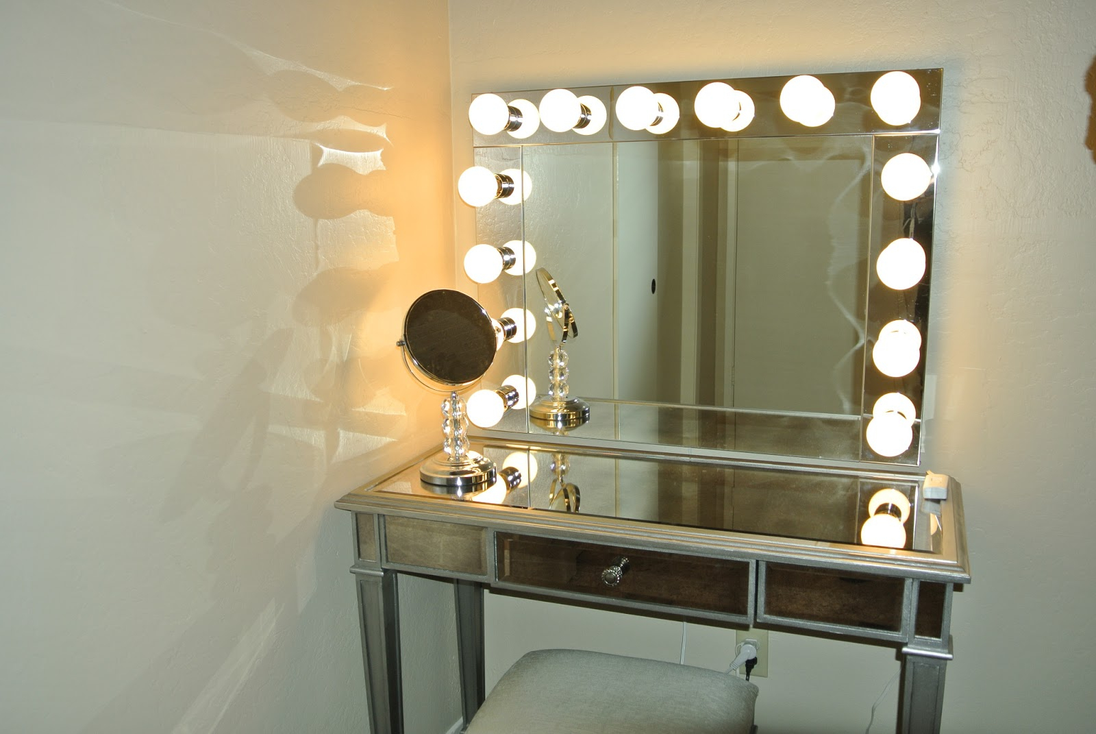 Popular Make Up Wall Mirrors In Top 10 Makeup Wall Mirror With Lights Of (View 10 of 20)
