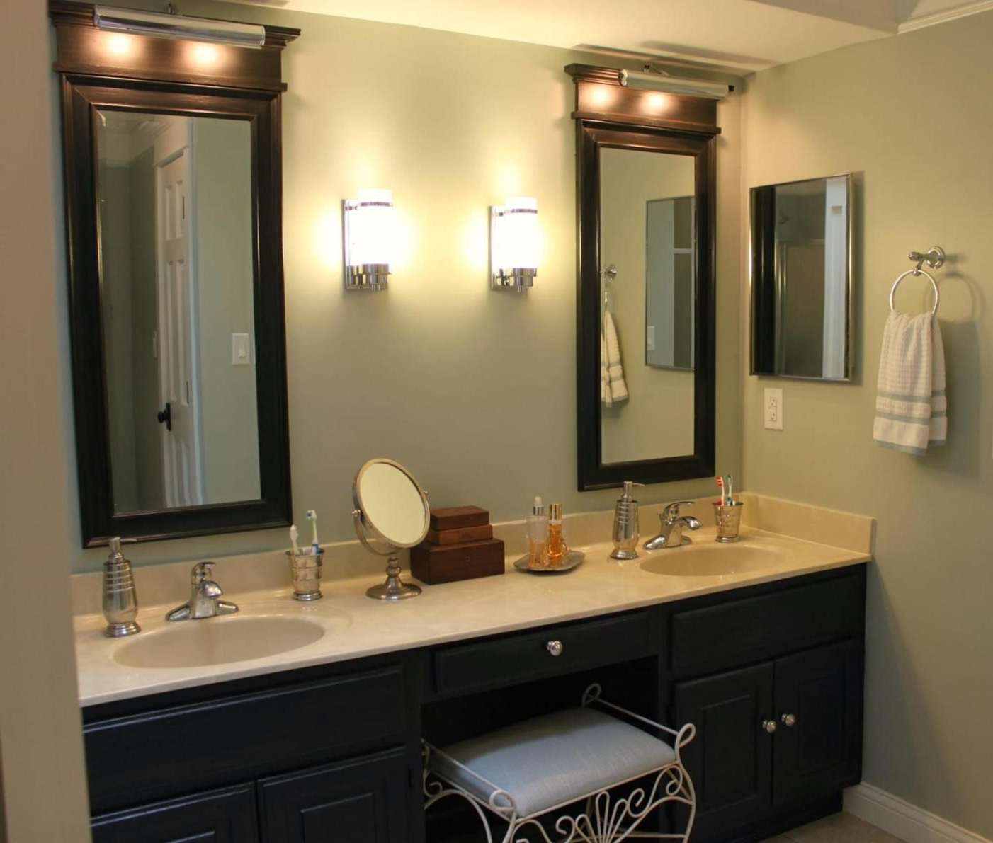 Well Liked Wall Mirrors For Bathroom Vanities Within 35 Stunning Bathroom Vanity Mirrors With Light Designs (View 13 of 20)